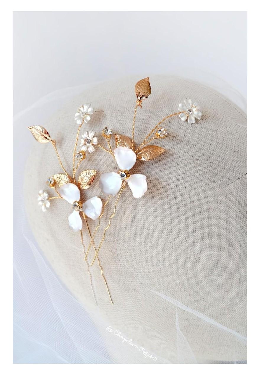 pics à chignon mariage fleurs blanches feuilles et strass